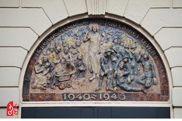 Relief boven de bovendeur van de Harteburgkerk